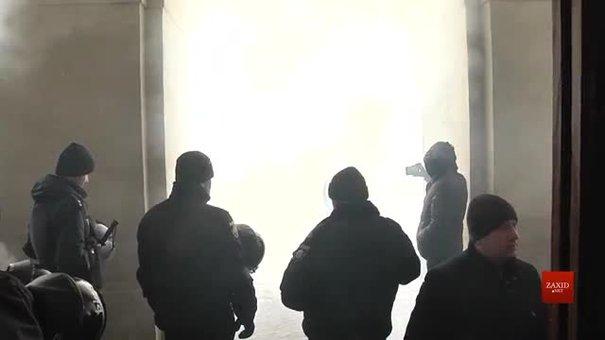 Біля львівської Ратуші відбулись сутички між муніципалами та активістами «Сокола»