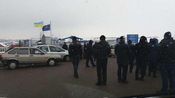 На кордоні у Раві-Руській виник конфлікт між водіями через місця у черзі