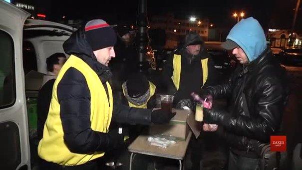 «Емаус-Оселя» під час морозів годує бездомних на головному вокзалі Львова