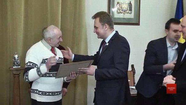 Садовий подарував найкращому двірнику Львова подорож у Європу
