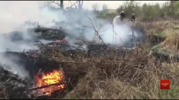 На об'їзній дорозі Золочева рятувальники гасять пожежу
