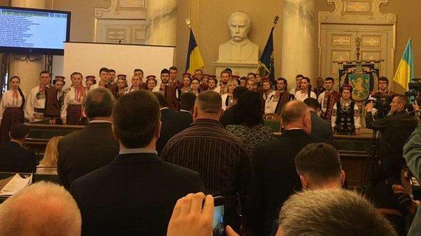 Депутатів Львівської облради пікетував ансамбль «Верховина»