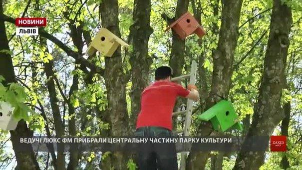 Ведучі та працівники Люкс ФМ розвісили в Парку культури яскраві шпаківні