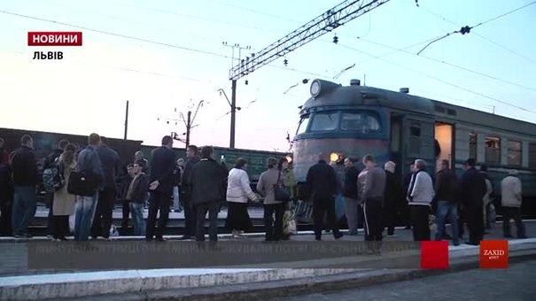У потязі, який пасажири блокували в Пустомитах, збільшать кількість вагонів