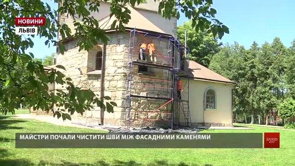 У храмі Параскеви П'ятниці реставрують фасади та укріплюють стіни