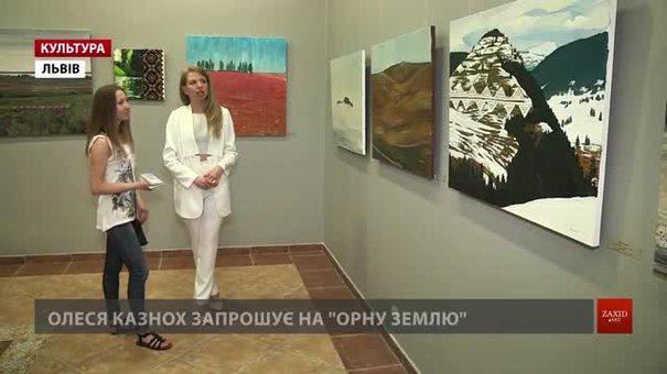 Львівська мисткиня Олеся Казнох доповнила живопис вишивкою у виставці «Орна земля»