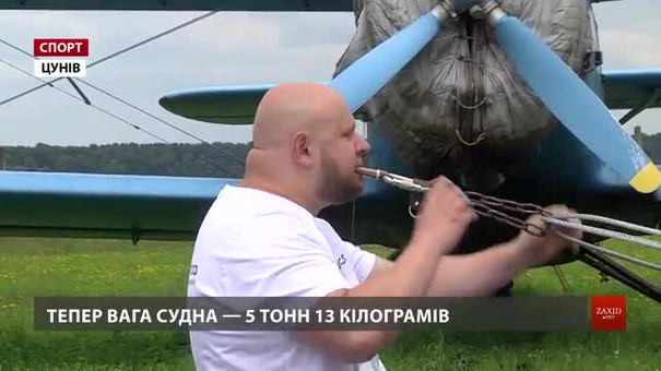 Львівський богатир Олег Скавиш протягнув зубами 5-тонний літак