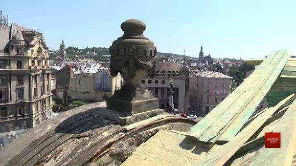 На площі Міцкевича у Львові реставрують дах будинку