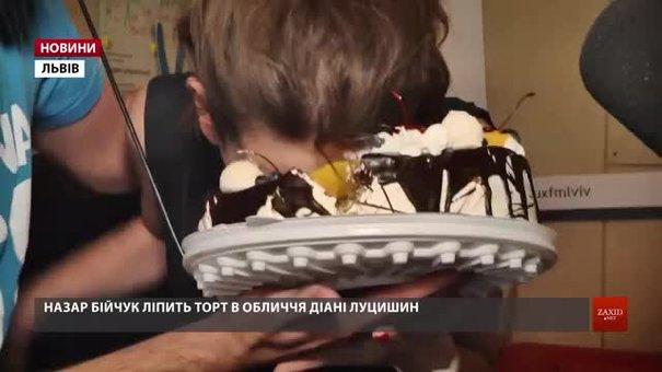 Ведучій ранкового шоу «Зарядка» на Люкс ФМ у прямому ефірі заліпили тортом в обличчя