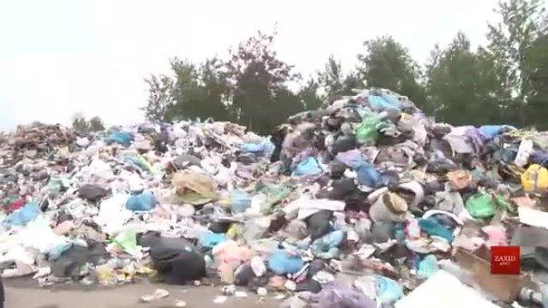 Стихійне сміттєзвалище біля львівського аеропорту загрожує безпеці польотів
