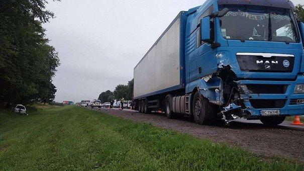 На окружній дорозі Львова у ДТП з вантажівкою загинула жінка, троє людей травмувалися