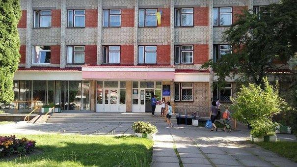 З сьомого поверху  львівської поліклініки викинувся літній  чоловік