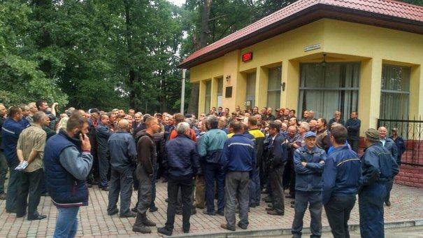 Працівники Львівського бронетанкового заводу не впускають на роботу директора