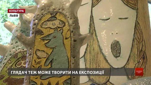 Львівські студентки серед радянських килимів експонували припалу пилюкою «Кераміку з шухляди»