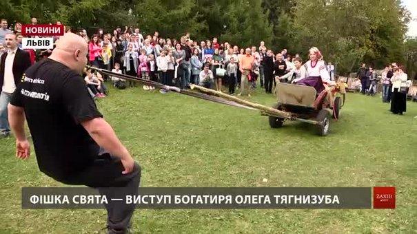 На Святі гарбуза у Львові богатир Олег Скавиш тягнув віз із городиною