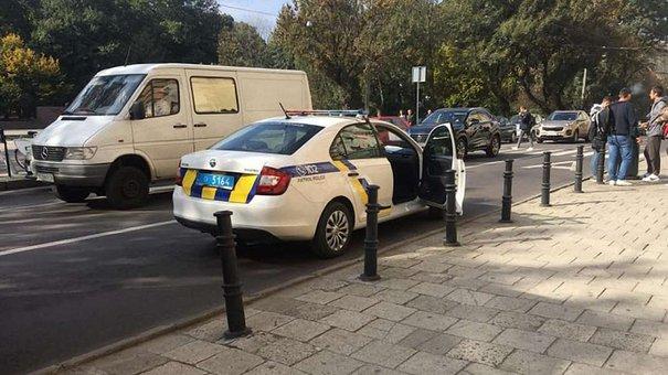 У Львові водій тролейбуса затиснув дверима візок з дворічною дитиною