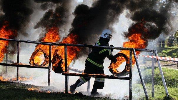 У Бориславі пожежників-новачків випробовували вогнем, димом та висотою