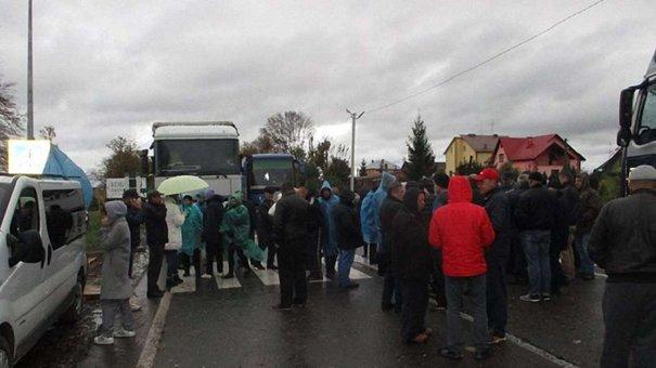 На Львівщині другу добу перекривають трасу до кордону