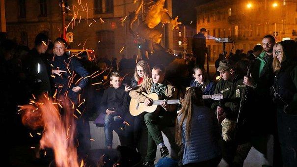 Біля нового пам'ятника ЗУНР у Львові пластуни запалили стрілецьку ватру