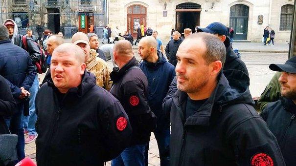 Під львівською мерією активісти різних угрупувань обурювалися політичною рекламою Садового