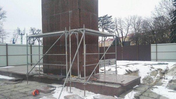 Новий підрядник заявив про початок знесення стели Монументу слави у Львові