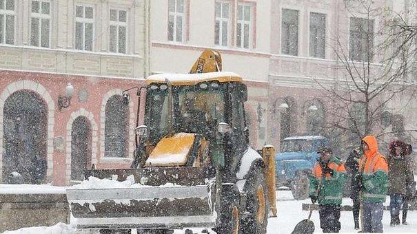 Львівські комунальники з ночі виїхали на прибирання вулиць від снігу