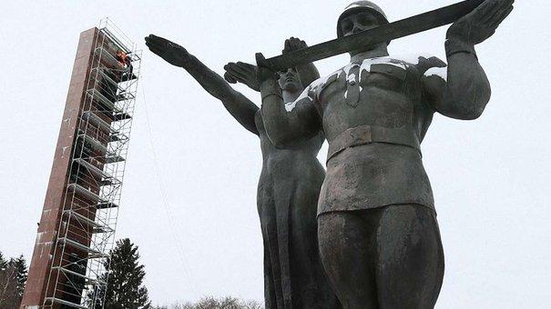 У Львові вже розібрали частину стели Монументу слави