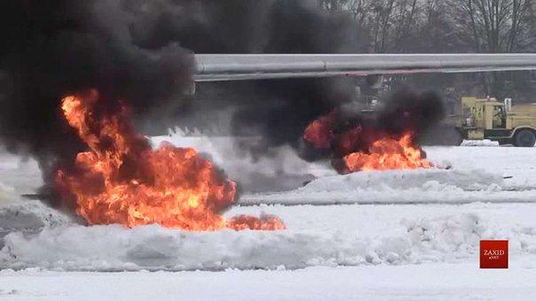 Під час навчання львівські рятувальники гасили пожежу літака в аеропорту