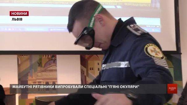 За допомогою «п'яних окулярів» поліцейські продемонстрували, як бачать водії напідпитку