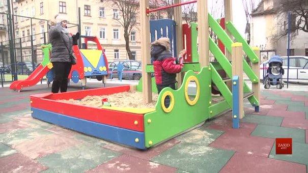 У Львові почали ремонтувати дитячі майданчики