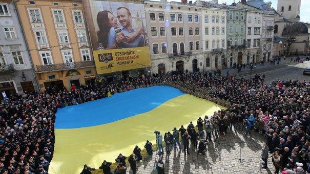 Перед львівською Ратушею масово заспівали гімн України