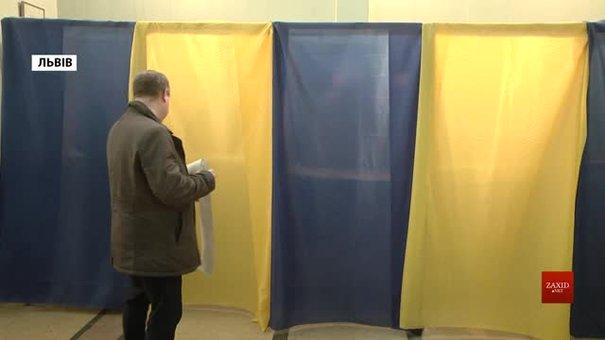В одній з дільниць у центрі Львова виборець зробив селфі у кабінці