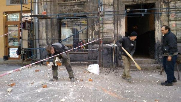 На площі Ринок обвалився фрагмент верхньої частини фасаду історичної кам'яниці