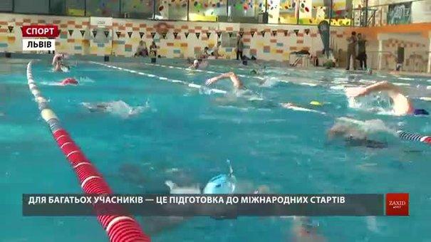 У Львові 32 атлети взяли участь у безперервному годинному запливі у басейні