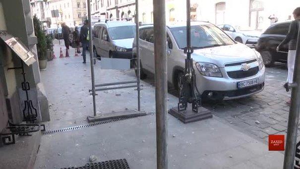 Із будинку на площі Міцкевича відпав шматок фасаду