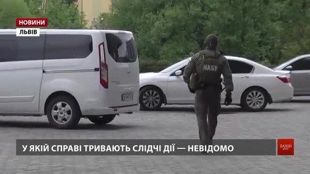 Слідчі НАБУ та ДБР проводять обшуки у львівській податковій