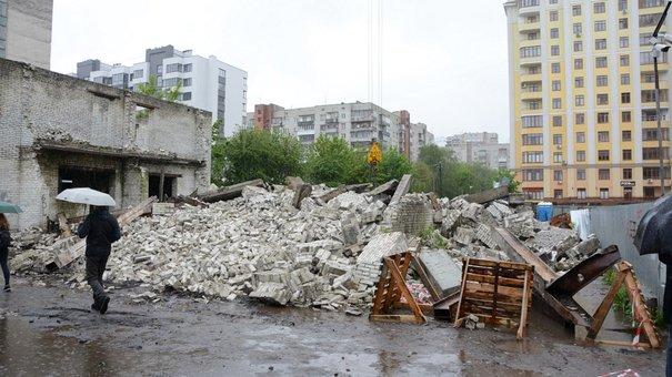 На проспекті Чорновола у Львові знесли незаконну будівлю