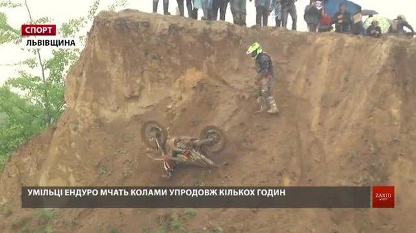 Екстремали на мотоциклах позмагалися у перегонах піщаним кар'єром на Львівщині