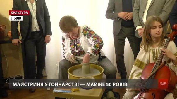 У Львові керамістка Ганна Драголюк показала процес творення з глини за особливою технологією