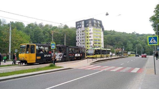 На пішохідному переході на Сихові трамвай збив 18-річну дівчину