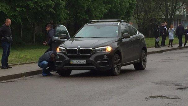 На львівській вулиці під час руху BMW X6 спрацював вибуховий пристрій
