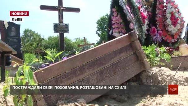 На Голосківському цвинтарі відновлюють розмиті могили