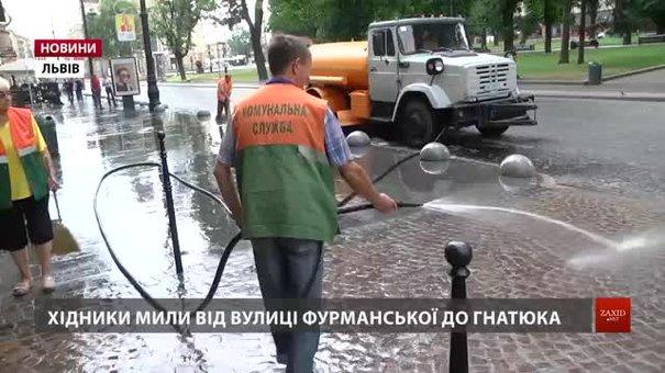 Через спеку у Львові почали мити тротуари