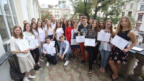 Андрій Садовий вручив премії учням, які отримали найвищі результати із ЗНО
