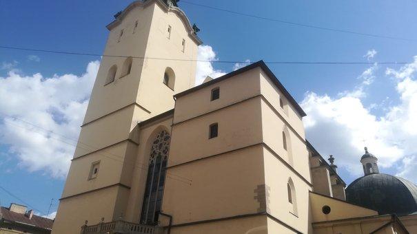 У Львові забрали на реставрацію старовинні скульптури апостолів з Латинської катедри