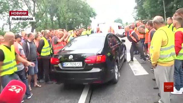 Під час протесту на трасі Київ-Чоп біля Львова далекобійники розбили скло легковика