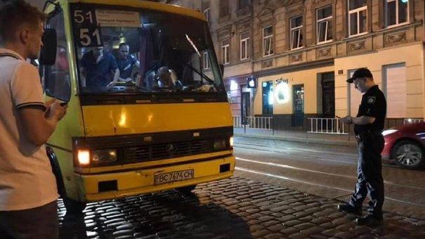 Львівські патрульні зупинили маршрутку з пасажирами і п'яним водієм