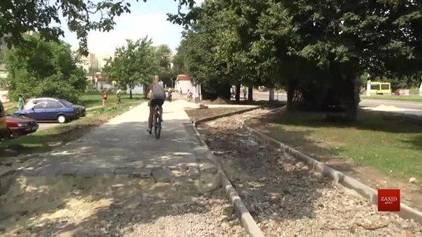 На проспекті Чорновола будують наступний відрізок велодоріжки