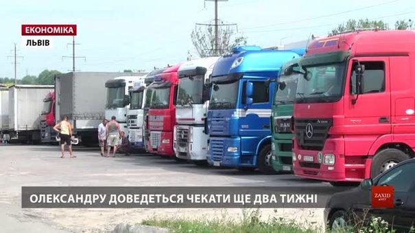 Українських перевізників, що стоять у чергах за дозволами, штрафують за невчасну доставку