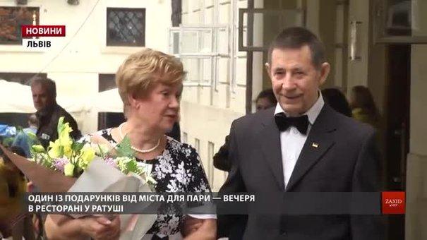 Подружжя львів'ян відсвяткувало діамантове весілля поїздкою в ретро-трамваї